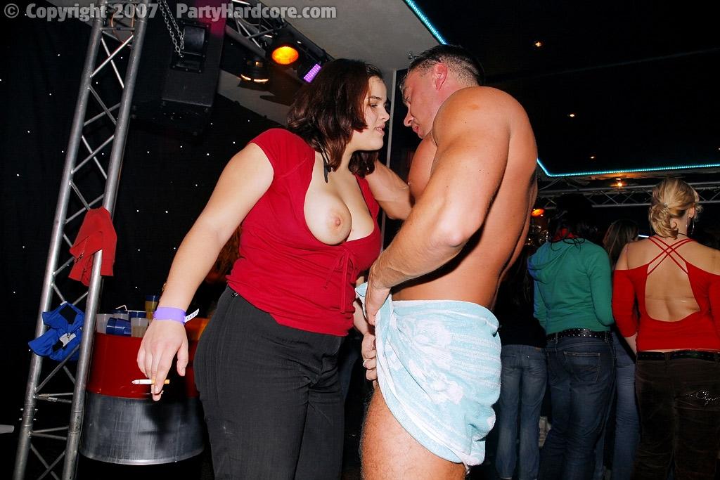 Секс на вечеринке на откровенном порно фото покажет групповой секс и оргии на