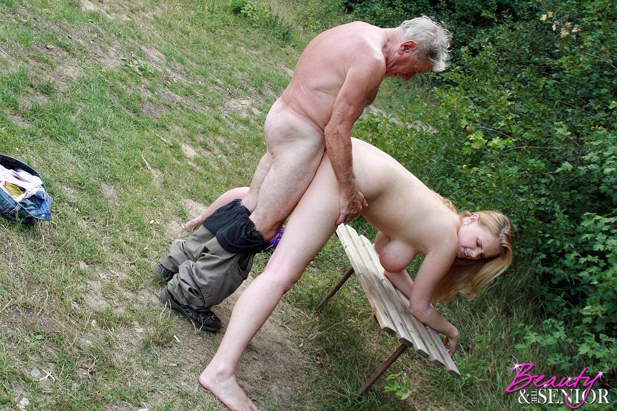 Старые трахаются в лесу 7 фотография