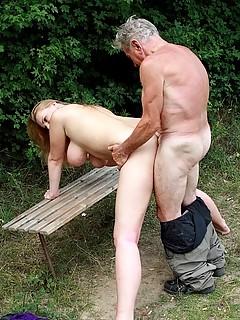 starik-na-prirode-porno