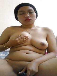 Arabian amateur females show their masturbation